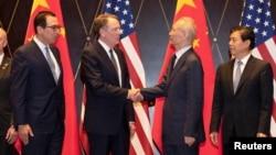 资料照:左起:美国财长姆努钦、美国贸易代表莱特希泽2019年7月31日与中国副总理刘鹤与中国商务部长钟山在上海西郊宾馆举行会谈。