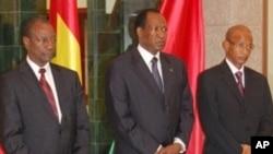 Les candidats Alpha Condé (à gauche et Cellou Dalein Diallo (à droite), entourant le médiateur Blaise Compaoré à Ouagadougou, 1er septembre 2010.