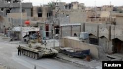 ລົດຫຸ້ມເກາະ ຂອງກຳລັງຮັກສາຄວາມປອດໄພ ອີຣັກ ແລ່ນຢູ່ໃນເຂດ ທີ່ປະທະກັນ ກັບພວກກະບົດ ISIL ວັນທີ 12 ພຶດສະພາ 2014.