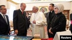 Papa Franja razgovara sa turskim predsednikom Redžepom Tajipom Erdoganom i njegovom suprugom Eminom tokom privatne audijencije u Vatikanu, 5. februar 2018.