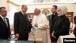 羅馬天主教教宗方濟各(中)與到訪梵蒂岡的土耳其總統埃爾多安(左二)談話(2018年2月5日)