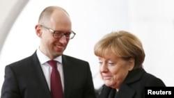 PM Ukraina Arseniy Yatsenyuk bertemu Kanselir Merkel di Berlin (8/1). Peretas mendesak Jerman memutuskan hubungan dengan Ukraina.