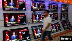 A televised news conference of Turkish Prime Minister Tayyip Erdogan is showed on televisions at an electronics shop in Istanbul, Sep. 30, 2013.