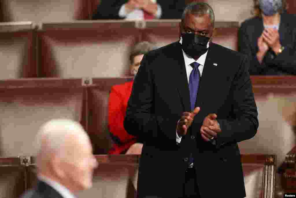 Waziri wa Ulinzi Lloyd Austin akimpongeza Rais Joe Biden wakati akitoa hotuba.
