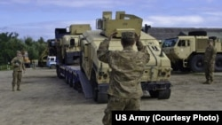 Члени Національної гвардії штату Оклагома прибувають до Міжнарого центру миротворчості і безпеки у Яворові