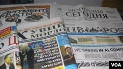 乌兰巴托市中心邮局出售的蒙古、俄罗斯和英文报纸。(美国之音白桦拍摄)
