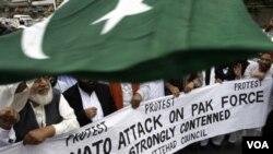 Warga Pakistan memprotes serangan udara NATO yang menewaskan 24 orang tentara Pakistan di dekat perbatasan Afghanistan (29/11).