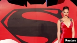 "Gal Gadot menghadiri pemutaran perdana film ""Batman V Superman: Dawn of Justice"" di Leicester Square, London (22/3)."