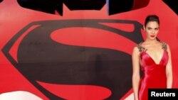 """Gal Gadot menghadiri pemutaran perdana film """"Batman V Superman: Dawn of Justice"""" di Leicester Square, London (22/3)."""