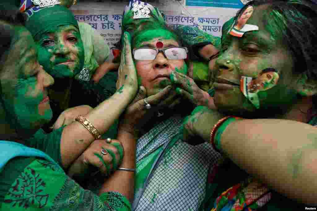 អ្នកគាំទ្រគណបក្ស Trinamool Congress (TMC) ធ្វើការអបអរសាទរ បន្ទាប់ពីបានដឹងពីលទ្ធផលបោះឆ្នោតបឋមនៅក្រុង Kolkata ប្រទេសឥណ្ឌា។