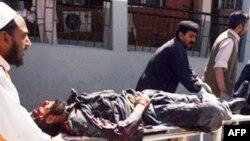 人们抢救白沙瓦炸案受伤人员