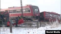 """Prepolovljeni autobus """"Niš eksresa"""", nakon što je u njega udario voz Železnica Srbije, nedaleko od Niša, 21. decembra 2018. (Foto: Screenshot TV N1 Srbija)"""