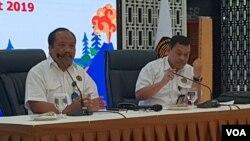 Kepala Badan Geologi Kementerian Energi dan Sumber Daya Mineral Rudy Suhendar (kanan) dan Kepala Pusat Vulkanologi dan Mitigasi Bencana Geologi (PVMBG) Kasbani menjelaskan tentang perkembangan anak gunung anak krakatau di Kantor ESDM, Senin (25/3). (Foto