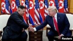AQSh Prezidenti Donald Tramp va Shimoliy Koreya rahbari Kim Chen Un Koreya yarimorolidagi betaraf hududda, 30-iyun, 2019.
