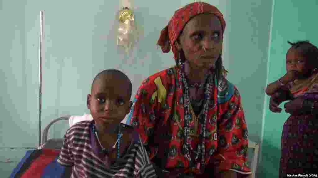 Une mere et son enfant de 5 ans patientent avant de sortir de l'hôpital, Diffa, Niger, le 18 avril 2017 (VOA/Nicolas Pinault)