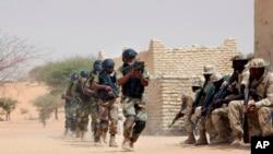 Pasukan khusus Nigeria dan tentara Chad berpartisipasi dengan penasihat dari AS dalam latihan militer Flintlock di Mao, Chad, 7 Maret 2015. (Foto: AP)
