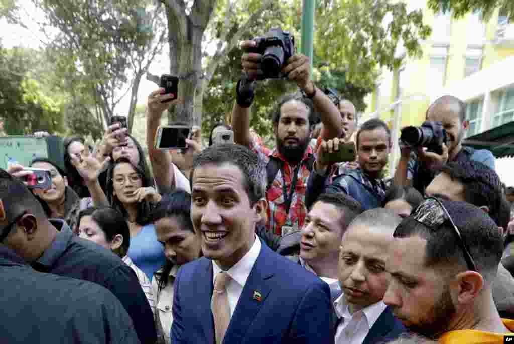 خوان گوایدو رئیس جمهوری موقت ونزوئلا روز دوشنبه در جمع مردم در دانشگاه کاراکاس در پایتخت این کشور حاضر شد.