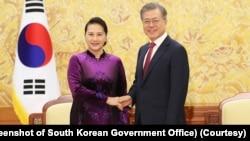 Chủ tịch Quốc hội Nguyễn Thị Kim Ngân (trái) bắt tay Tổng thống Hàn Quốc Moon Jae-in.