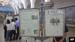지난달 10일 북한 평양의 지하쳘 역에서 신문을 읽는 주민들. (자료 사진)