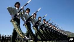 중국 전승절 행사를 앞두고 지난 22일 베이징 외곽에서 의장대가 군사행진을 연습하고 있다.