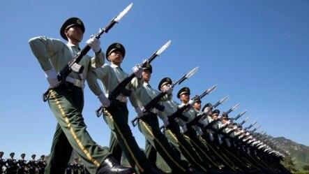 中国士兵为9月3日的北京大阅兵进行演习操练 (2015年8月22日)