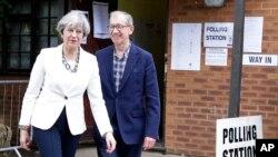Thủ tướng Anh Theresa May rời phòng phiếu cùng chồng sau khi bỏ phiếu trong cuộc tổng tuyển cử tại điểm bỏ phiếu Maidenhead, xứ Anh, ngày 8 tháng 6, 2017.