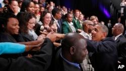 Tổng thống Obama chào đón những người tham dự buổi nói chuyện của ông tại Đại học Johannesburg, Soweto, 29/6/2013