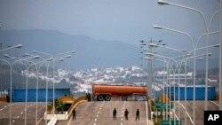 Binh sĩ canh gác tại cầu Tienditas, nối liền Columbia và Venezuela, nơi tập trung hàng viện trợ quốc tế cho Venezuela.