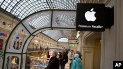 러시아 수도 모스크바 시내 고급 쇼핑가에 위치한 애플제품 판매점. (자료사진)