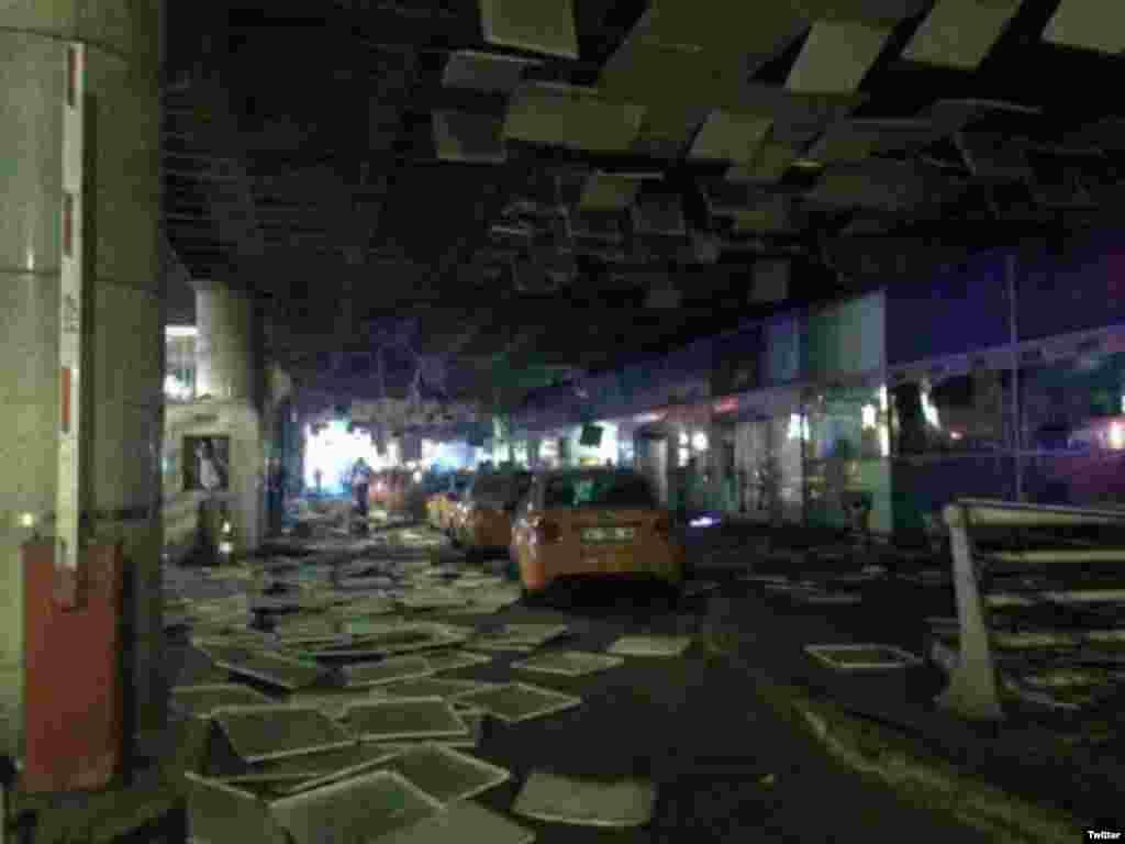 دھماکوں کے بعد چھت کے گرے ہوئے ٹکڑے