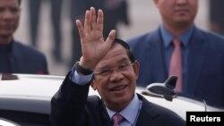 Thủ Tướng Campuchia Hun Sen tại Căn cứ Không quân Palam ở New Delhi, trong chuyến thăm Ấn Độ. Ảnh chụp ngày 24/1/2018 (REUTERS/Adnan Abidi)