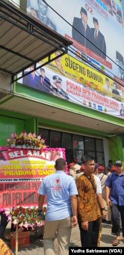 Karangan bunga dari PDI Perjuangan ikut dipajang di depan psoko BPN yang diresmikan ketua BPN, Djoko Santoso, Jumat, 11 Januari 2019. (Foto: Yudhi Satriawan/VOA)