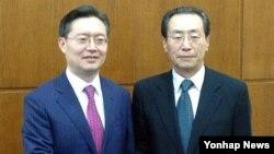 지난 5월 베이징에서 만난 한국의 황준국 외교부 한반도평화교섭본부장(왼쪽)과 우다웨이 중국 외교부 한반도사무특별대표.