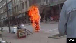 Seorang biarawati Tibet, Palden Choetso, melakukan aksi bakar diri di Daofu untuk memrotes penindasan Tiongkok di Tibet (3 November 2011).