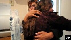ARCHIVO- Cecilia Rodriguez abraza a su hija Paola Alejandra Gamboa, 11, en Tijuana, México, después de reunirse con ella en una oficina de servicios sociales de Baja California que ayuda a menores deportados a localizar a sus familias. May 3, 2006. Gamboa, una menor no acompañada, fue detenida cerca de San Diego, California, cuando era ingresada ilegalmente a Estados Unidos.