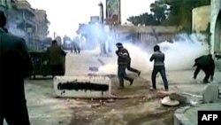 Suriye'nin Dauma kentinde güvenlik güçleriyle çatışan göstericiler