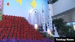 북한 조선중앙TV는 지난 12일 '어머니당 우러러 펼친 축원의 꽃바다' 프로그램에서 당 창건 70주년을 기념해 열린 김일성화 김정일화 전시회를 소개하며 북한의 첫 잠수함 발사 탄도미사일(SLBM)인 '북극성 1호' 모형(붉은원)을 공개했다.