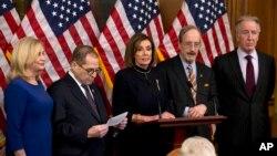 미국 민주당 소속의 낸시 팰로시 하원의장이 18일 하원 도널드 트럼프 대통령 탄핵안 표결을 가결된 후 기자회견 열었다.
