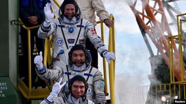 3 phi hành gia quốc tế lên phi thuyền Soyuz tại sân bay Baikonur hôm 2/9.