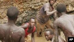 Des mineurs artisanaux en RDC