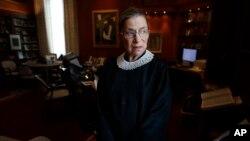 Thẩm phán Tối cao Pháp viện Mỹ Ruth Bader Ginsburg là 1 trong 5 thẩm phán Tối cao Pháp viện đã biểu quyết tán đồng việc hủy bỏ Luật Bảo vệ Hôn nhân