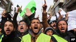 ພວກເດີນຂະບວນຊາວຈໍແດັນຮ້ອງຄຳຂວັນ ລະຫວ່າງ ການໂຮມຊຸມປະທ້ວງຕໍ່ຕ້ານຮູບກາຕູນພະສາສະດາມູຮຳມັດ ໃນວາລະສານ Charlie Hebdo ຂອງຝຣັ່ງ ຫລັງຈາກ ການສູດມົນພາວະນາ ໃນວັນສຸກວານນີ້ ທີ່ນະຄອນຫຼວງ Amman