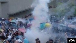 港警方向示威者发射催泪弹(美国之音海彦拍摄)