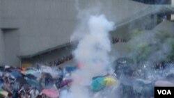 港警方向示威者發射催淚彈(美國之音海彥拍攝)