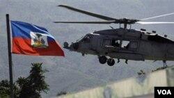 Helikopter AL Amerika ikut membantu melakukan distribusi bantuan bagi korban gempa Haiti.