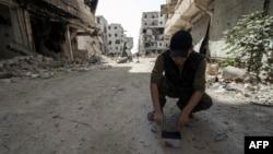 19일 시리아 북부 알레포 지역에서 반군이 정부군과 전투에 사용할 원격 로켓발사 장치를 준비하고 있다.