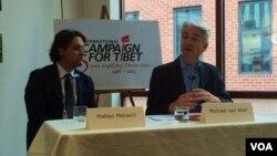 邁克爾‧范瓦爾特‧范普拉赫教授(右一)正在講話。(美國之音慕小易拍攝)