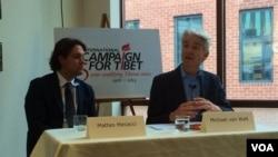 迈克尔•范瓦尔特•范普拉赫教授(右一)正在讲话。(美国之音慕小易拍摄)