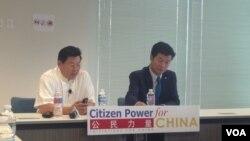 藏人行政中央司政洛桑森格博士(右)与公民力量创始人杨建利博士在对话会上。(美国之音海伦拍摄)