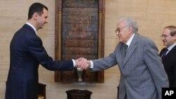 Presiden Suriah Bashar al-Assad (kiri) saat menerima utusan internasional untuk Suriah, Lakhdar Brahimi di Damaskus (21/10). Damaskus menyetujui gencatan senjata selama liburan Idul Adha.